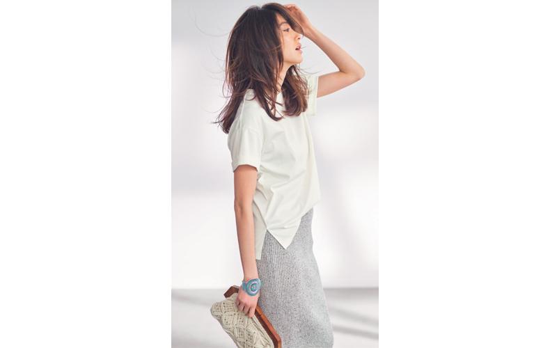 【9】白Tシャツ×グレータイトスカート