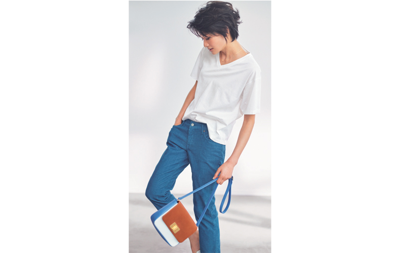 【4】白VネックTシャツ×青パンツ