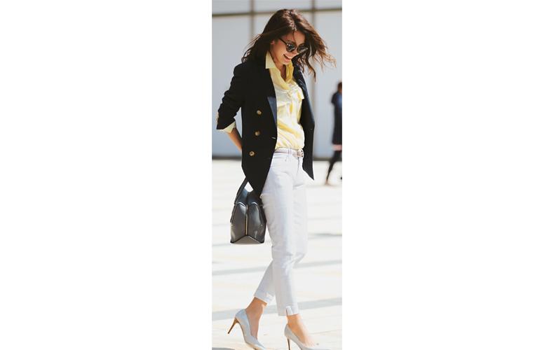 【3】黄色シャツ×ネイビージャケット×白デニムパンツ