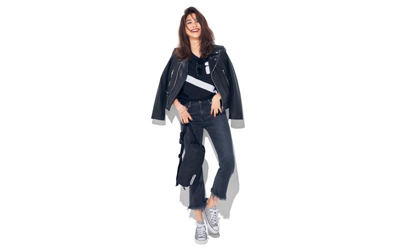【8】黒Tシャツ×デニムパンツ×スニーカー×ライダースジャケット