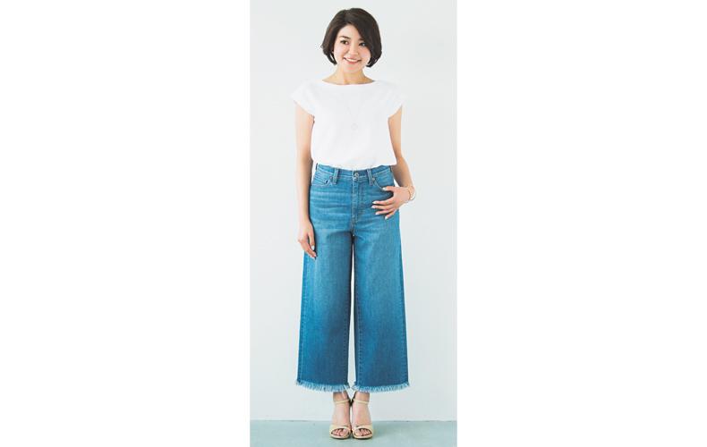 【2】白カットソー×ユニクロのワイドデニムパンツ