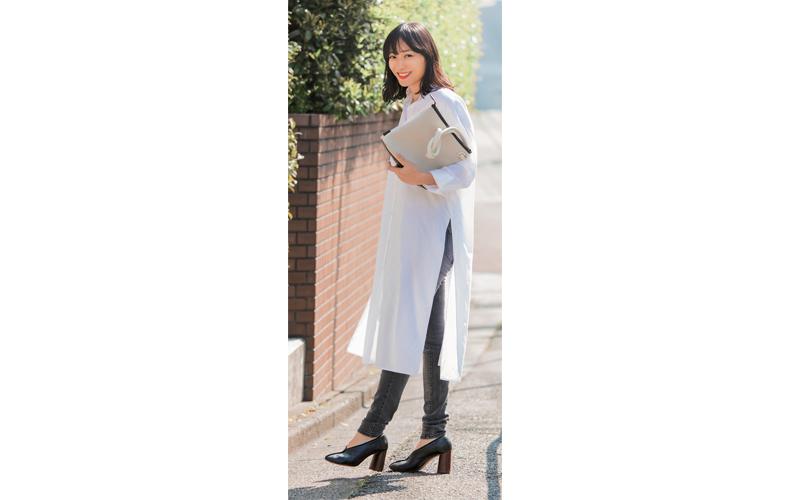 【2】白ロングシャツ×黒ジーンズパンツ