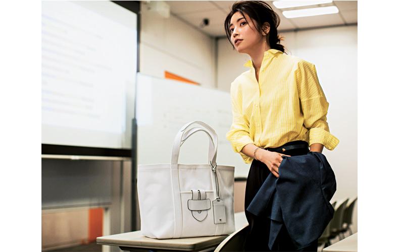 【2】黒デニムパンツ×イエローシャツ