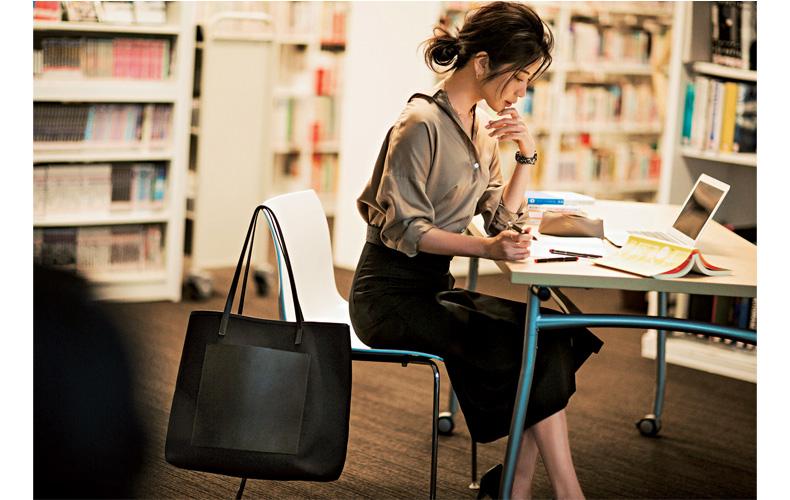 【9】ベージュのシャツ×黒スカート