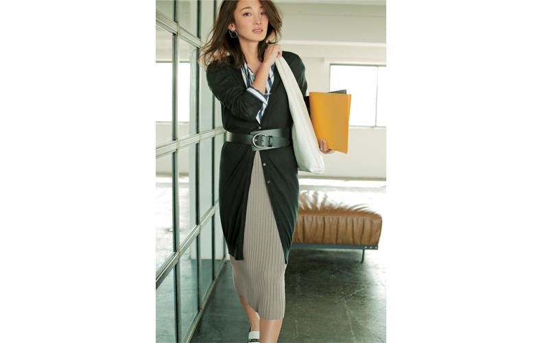 【4】黒ロングカーディガン×ストライプシャツ×ベージュタイトスカート