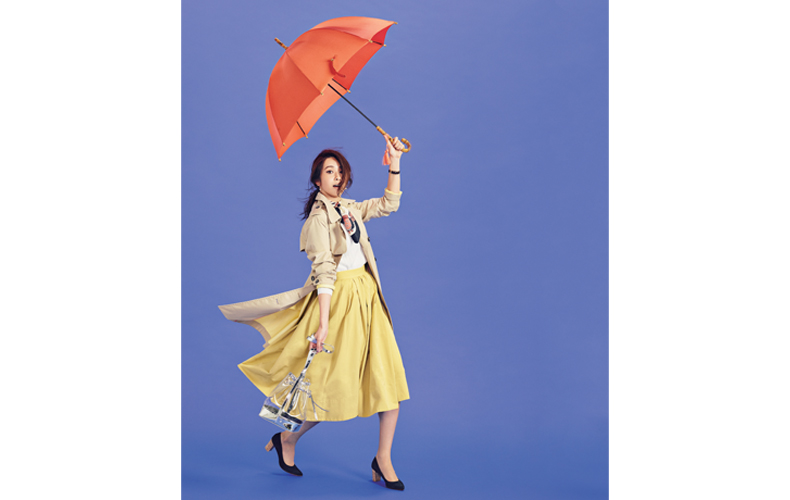 【3】トレンチコート×白ニット×イエローのフレアスカート