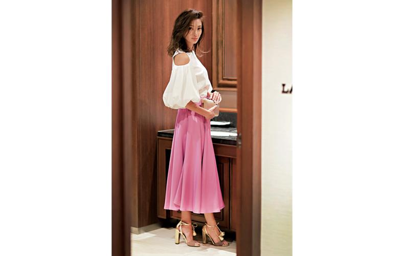 【5】白ブラウス×ピンクのフレアスカート
