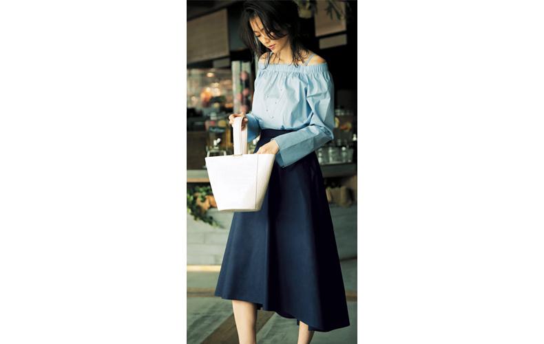 【3】水色ブラウス×ネイビーフレアスカート