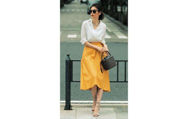 【1】白シャツ×黄色スカート×サンダル