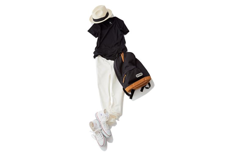 【3】黒Tシャツ×白パンツ×コンバース白ハイカットスニーカー