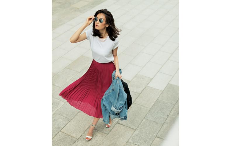 【9】白Tシャツ×ピンクプリーツスカート×デニムジャケット