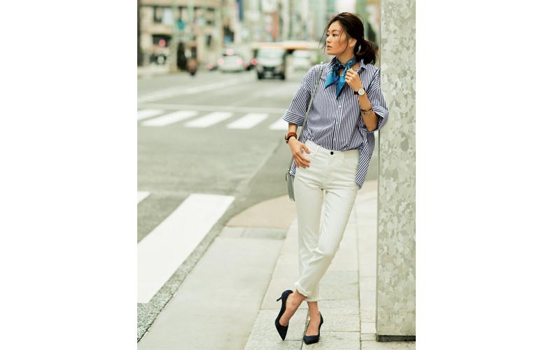 【2】青ストライプシャツ×白デニムパンツ×黒パンプス