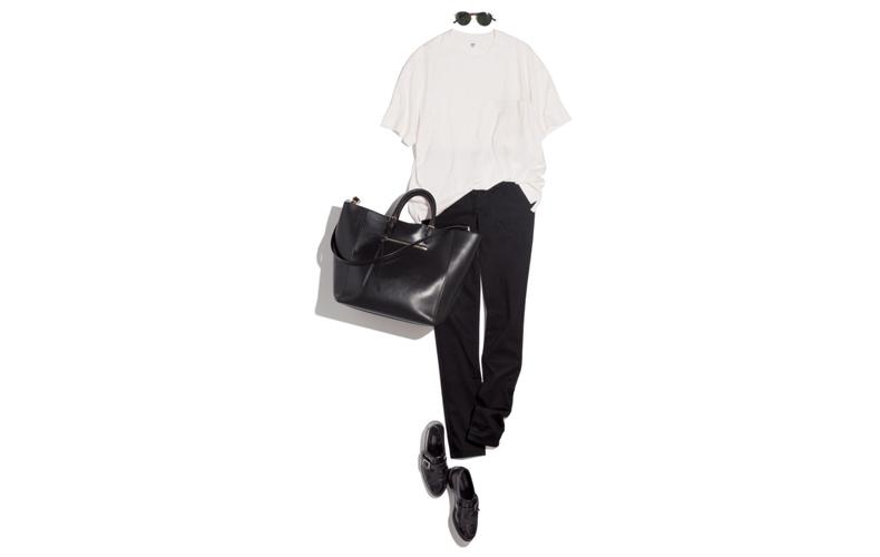 【2】ユニクロの白カットソー×ユニクロの黒パンツ