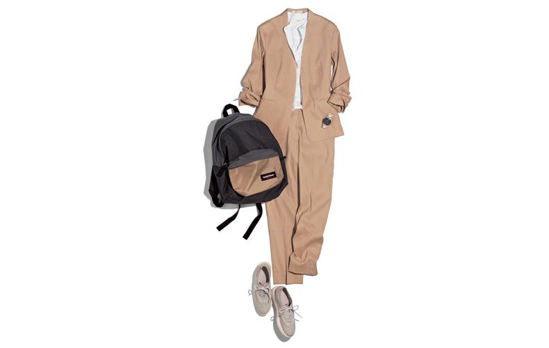 【1】白シャツ×スニーカー×ベージュストレートパンツスーツ