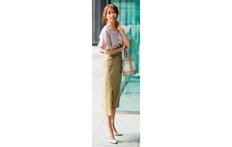 【8】ピンクブラウス×ベージュタイトスカート