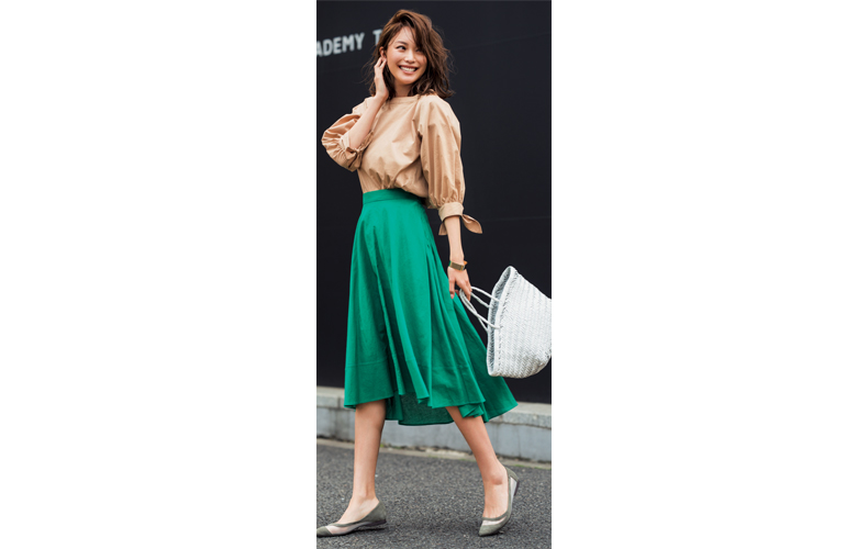 【10】ベージュプルオーバー×緑フレアスカート