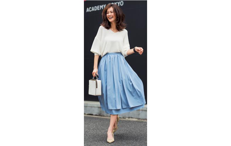 【7】白プルオーバー×水色フレアスカート
