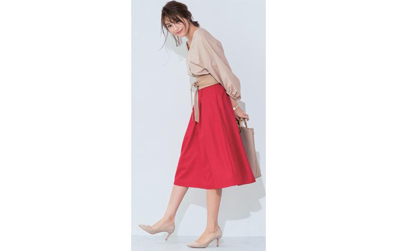 【3】ベージュブラウス×赤フレアスカート