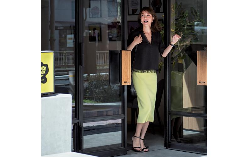 【2】黒ブラウス×黄色タイトスカート