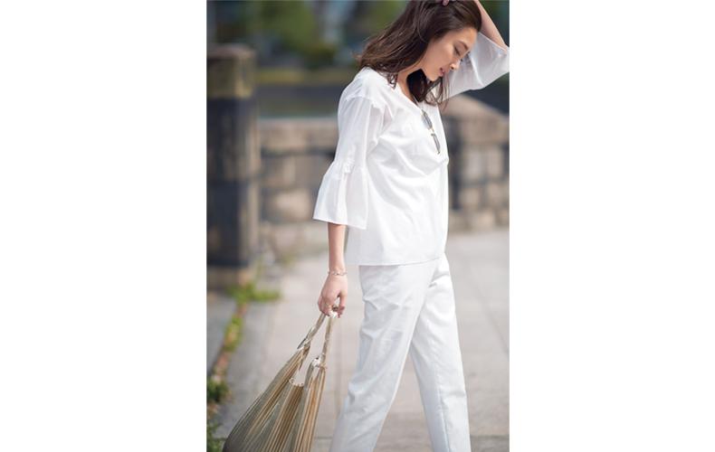 【5】白ブラウス×白パンツ