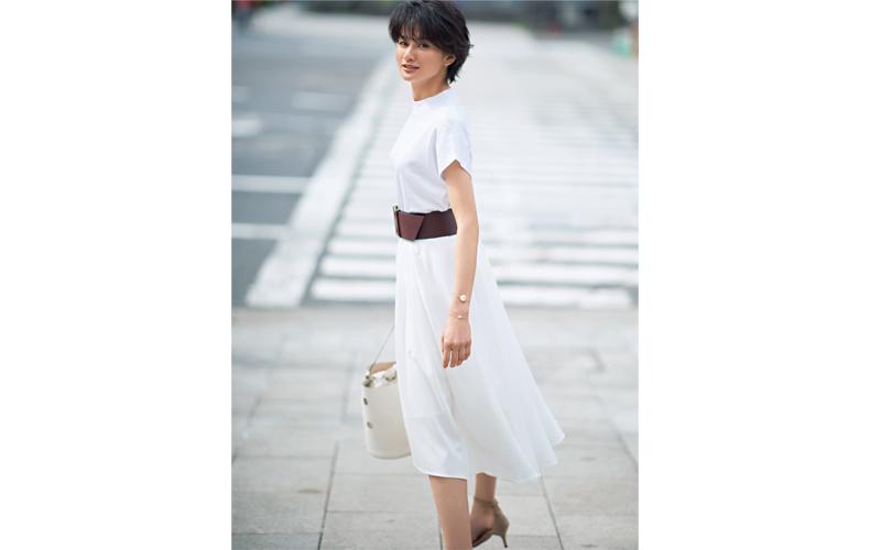 【8】白カットソー×白フレアスカート