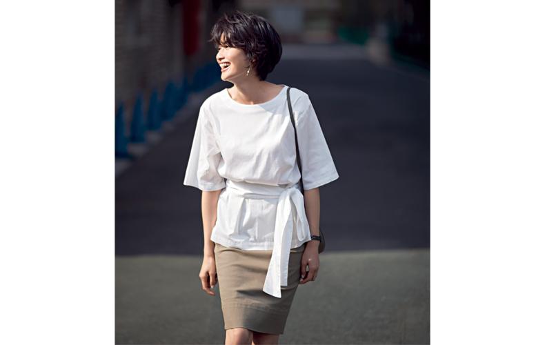【10】ベージュタイトスカート×五分袖白ブラウス