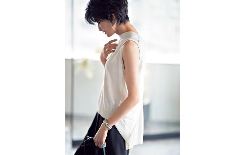 【2】白ニット×黒パンツ