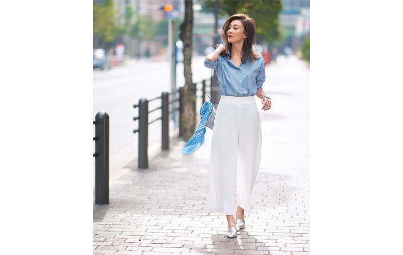 【1】水色シャツ×ザラの白ワイドパンツ×シルバーの靴