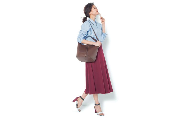 【3】ストライプシャツ×赤フレアスカート×茶ショルダーバッグ