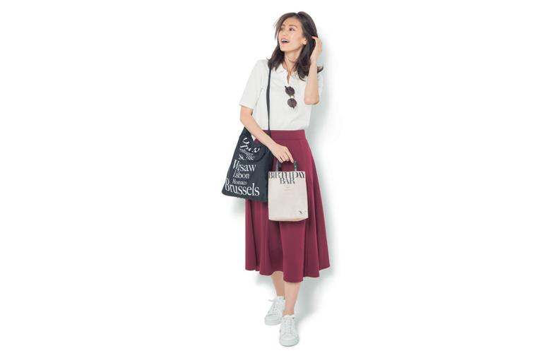 【2】ユニクロの白ポロシャツ×スニーカー×赤フレアスカート