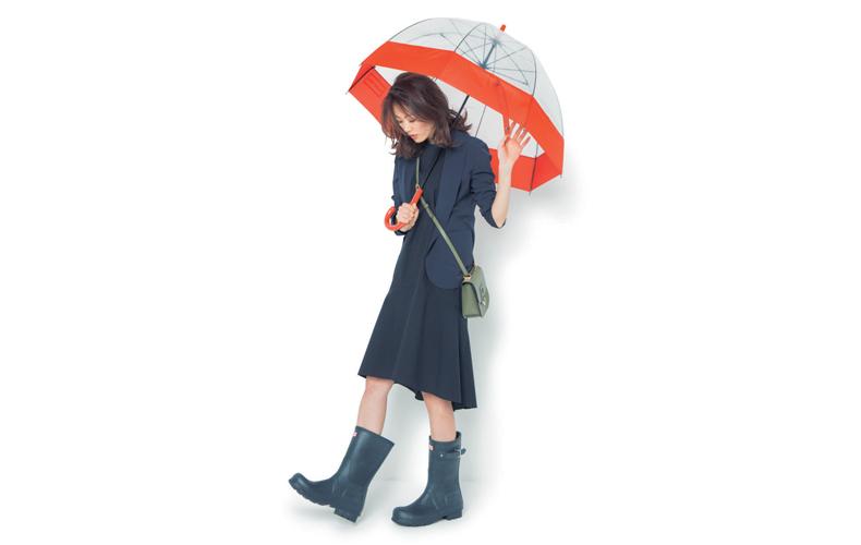 【3】紺ジャケット×黒ワンピース×長靴