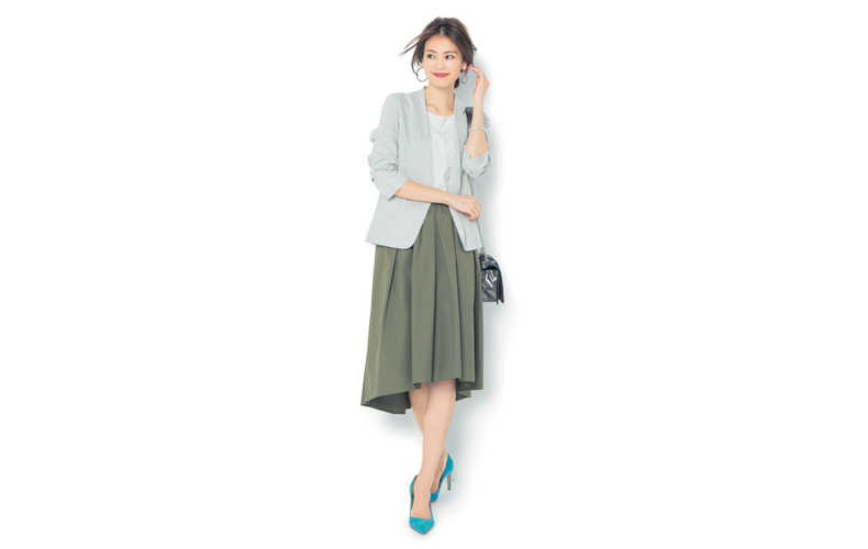 【7】白ジャケット×白ブラウス×カーキフレアスカート