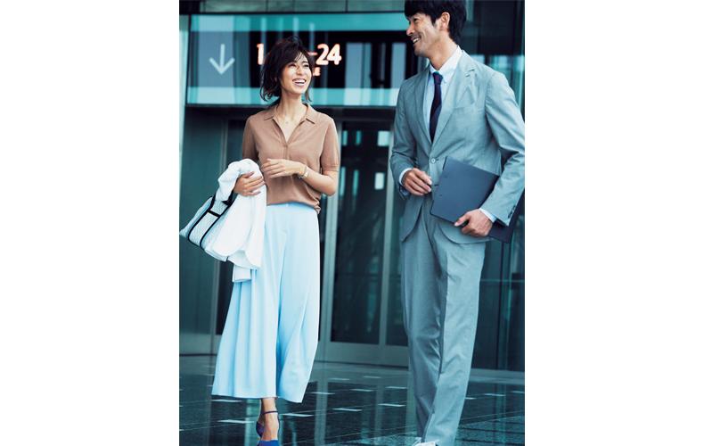 【7】茶ポロシャツ×白ワイドパンツ