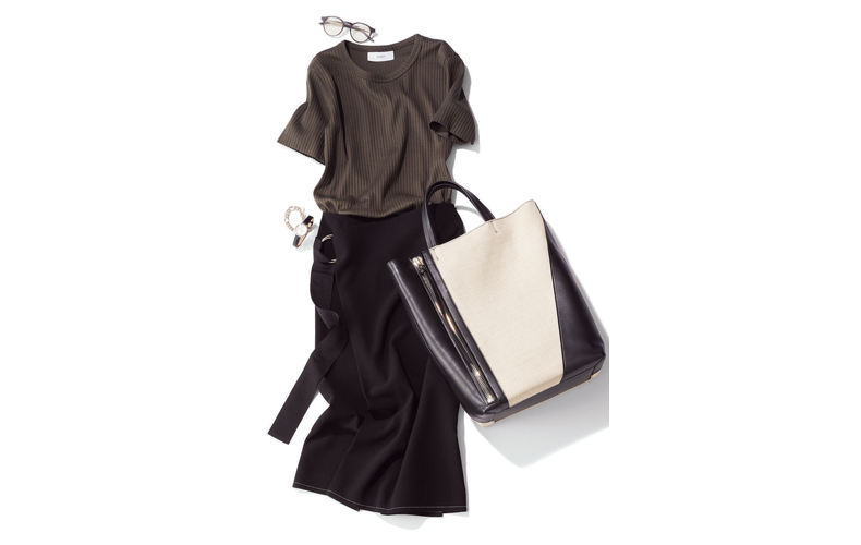 【3】茶のリブTシャツ×黒ロングスカート