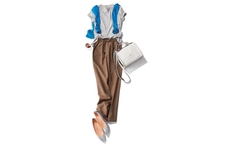 【3】グレーTシャツ×青ニット×キャメルパンツ