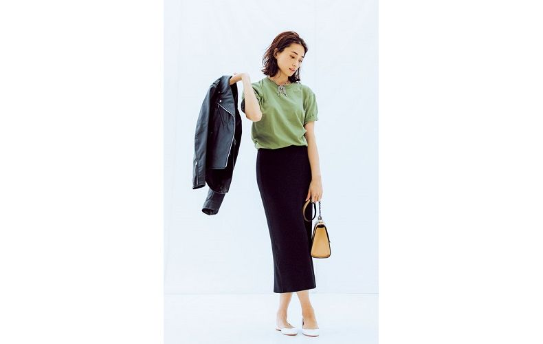 【1】ユニクロのTシャツ×ユニクロのブルゾン×黒タイトロングスカート