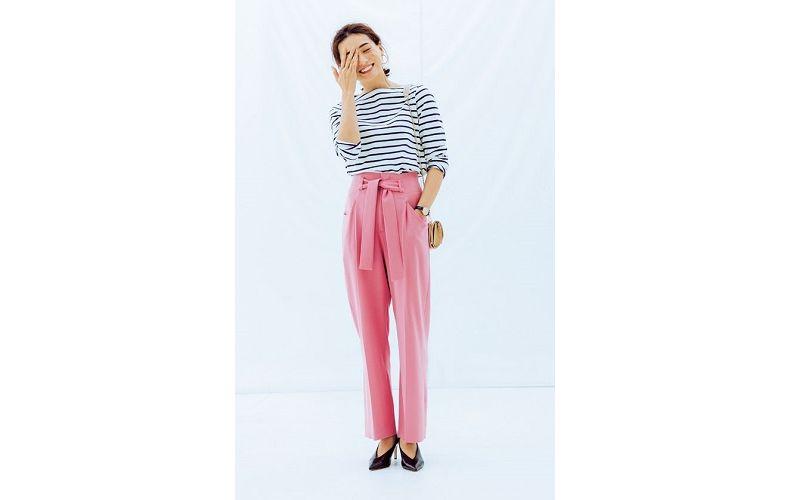 【1】ユニクロのTシャツ×ピンクワイドパンツ×黒パンプス