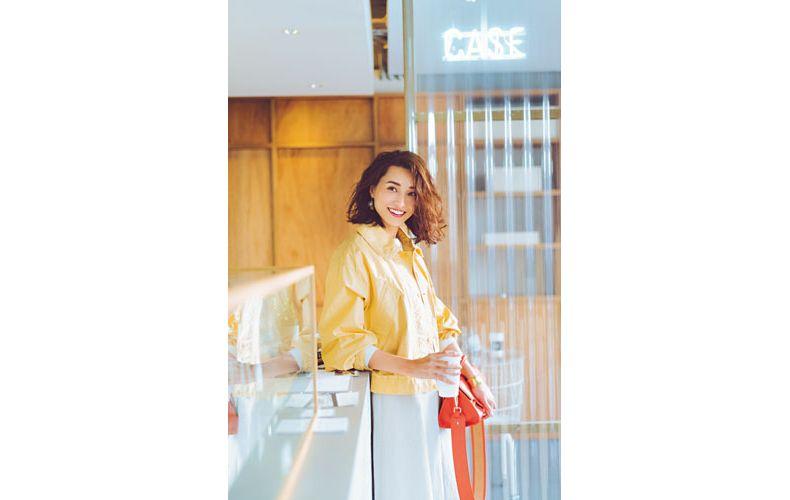 【8】ユニクロの黄色ブルゾン×白ニット×白スカート