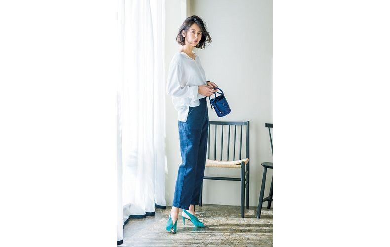 【9】青ワイドパンツ×白ブラウス