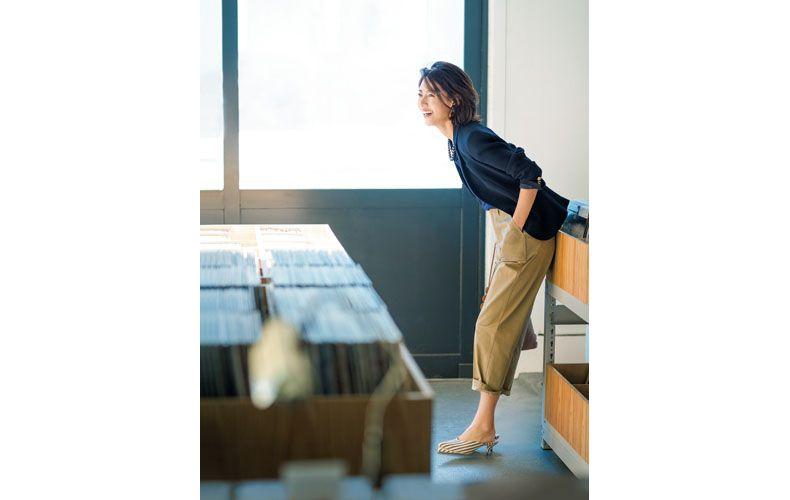 【10】紺ブレザー×青タンクトップ×ベージュのベイカーパンツ