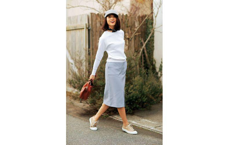 【9】白スエット×グレータイトスカート×ベージュスニーカー