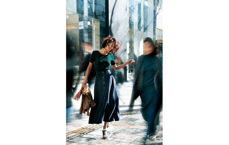 【1】緑ニット×茶ジャケット×ネイビーフレアロングスカート