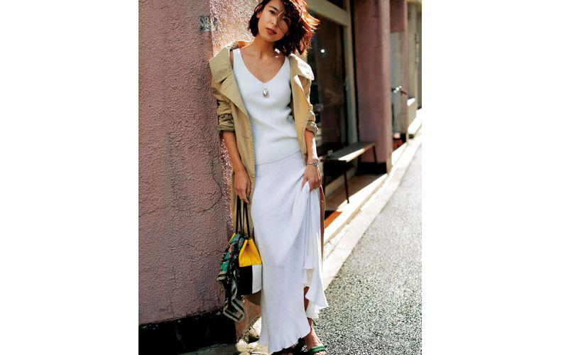 【6】ノースリーブ白ニット×白ロングスカート×ベージュコート