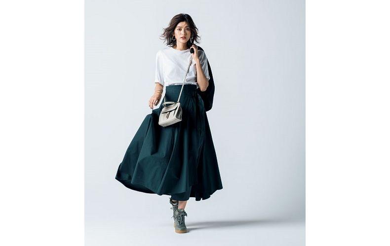 【4】白カットソー×緑ロングフレアスカート×スニーカー