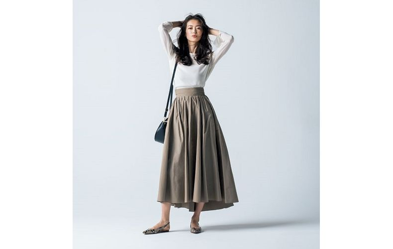【3】ベージュフレアロングスカート×白ブラウス