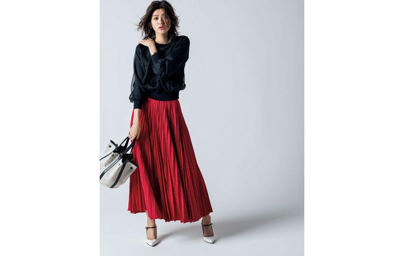 【2】黒トップス×赤プリーツロングスカート