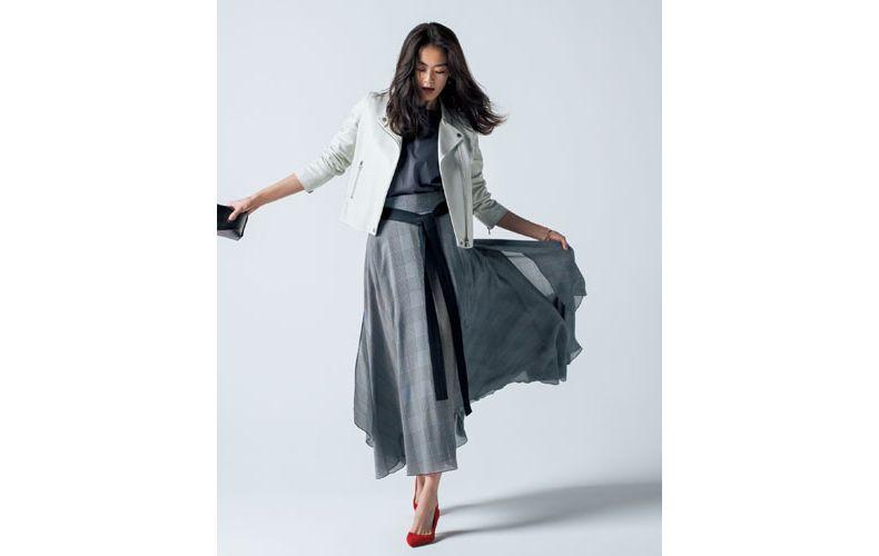 【9】グレーカットソー×白ライダースジャケット×チェックロングスカート