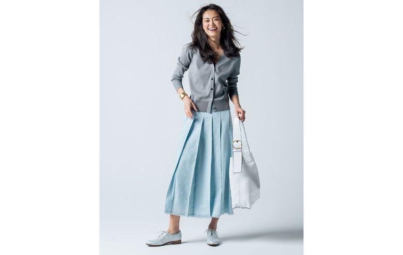 【2】グレーカーディガン×水色スカート×カジュアルな革靴