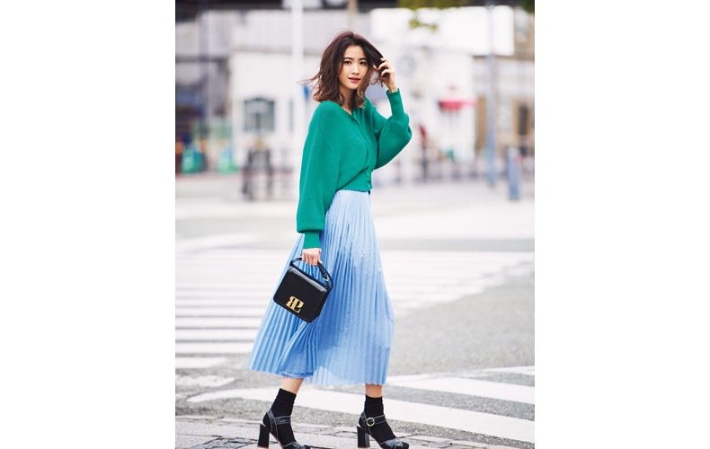 【6】グリーンカーディガン×水色プリーツスカート