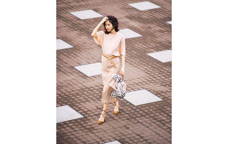 【3】ピンクブラウス×ピンクベージュタイトスカート